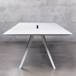 Arki bureau design avec passage de câbles, Pedrali blanc 360x120 cm